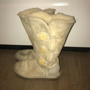 Very well worn off white Uggs 8 foldable